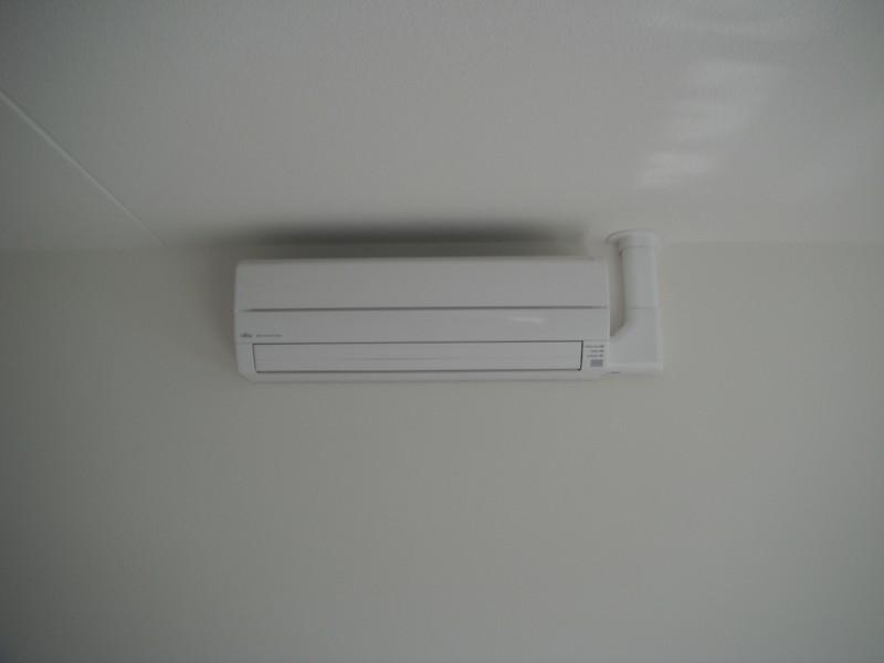 De airconditioning zorgt voor een heerlijk koele woonkamer.