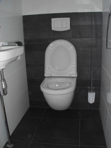 Een toilet ruimte anno 2011, op maat van de klant gemonteerd.