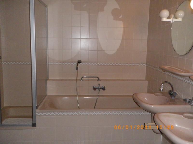Een beige badkamer, zo uit het boekje.