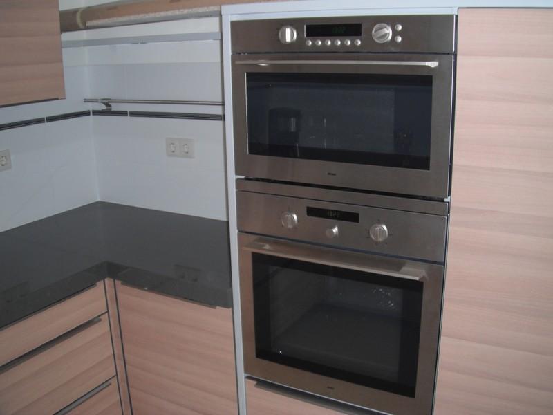 De nieuwe keuken van alle gemakken voorzien. Magnetron + oven.